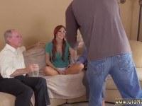Порно Видео: Молодая рыжая разделась перед стариками
