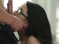 Порно Видео: Сексуальная красавица в очках